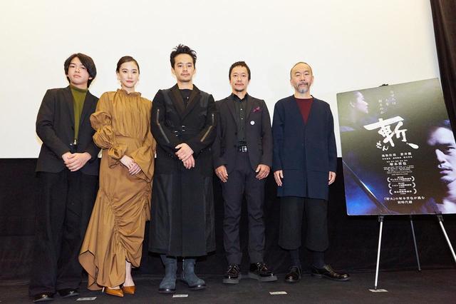 画像: 左より前田隆成、蒼井優、池松壮亮、中村達也、塚本晋也監督