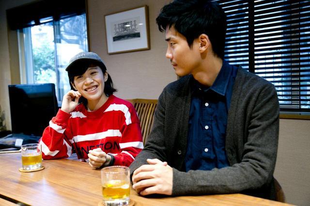 画像2: 左より井樫彩監督、毎熊克哉さん