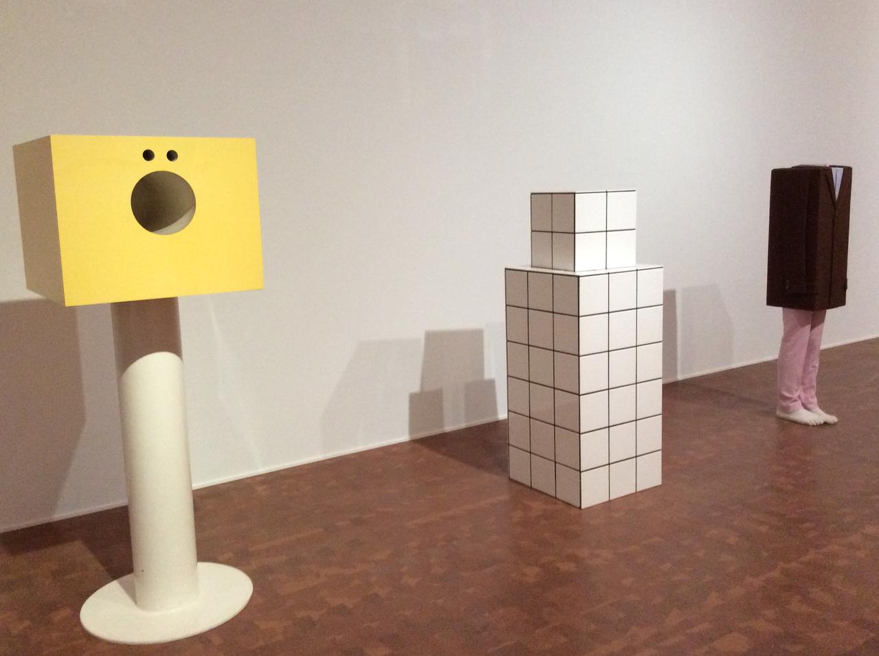 画像: 左)堀内正和《のどちんことはなのあな》1965/76 真ん中)ジャン=ピエール・レイノー《自刻像》1980年 右)エルヴィン・ヴルム《無題》2008年 photo©︎cinefil