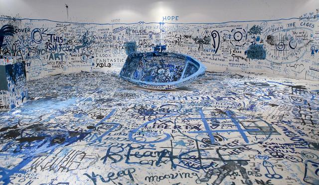 画像: オノ・ヨーコ 《色を加えるペインティング(難民船)》 1960 / 2016年 ミクスト・メディア・インスタレーション サイズ可変 展示風景:「オノ・ヨーコ:インスタレーション・アンド・パフォーマンス」マケドニア現代美術館(ギリシャ、テッサロニキ)2016年