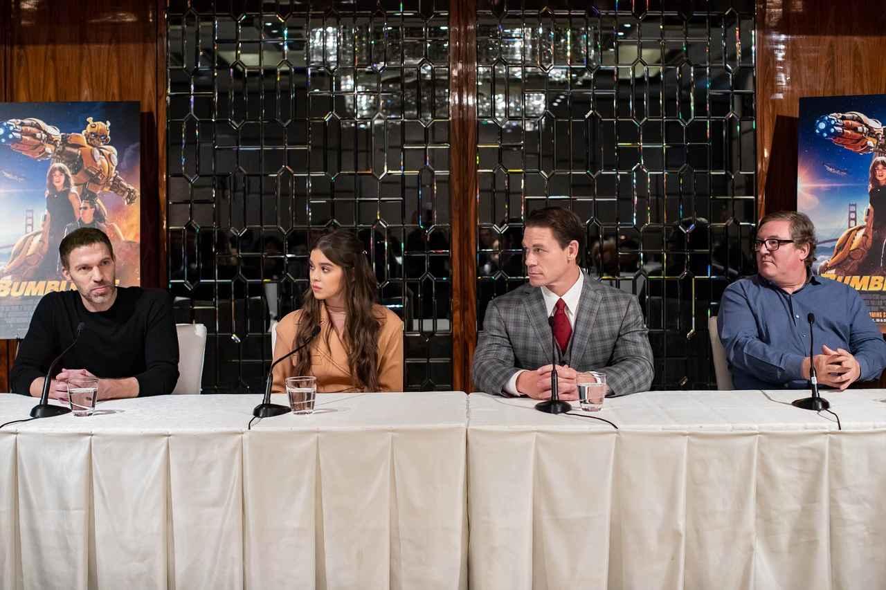 画像: 左よりトラヴィス・ナイト監督、ヘイリー・スタインフェルド、ジョン・シナ、ロレンツォ・ディ・ボナヴェンチュラ(プロデューサー)