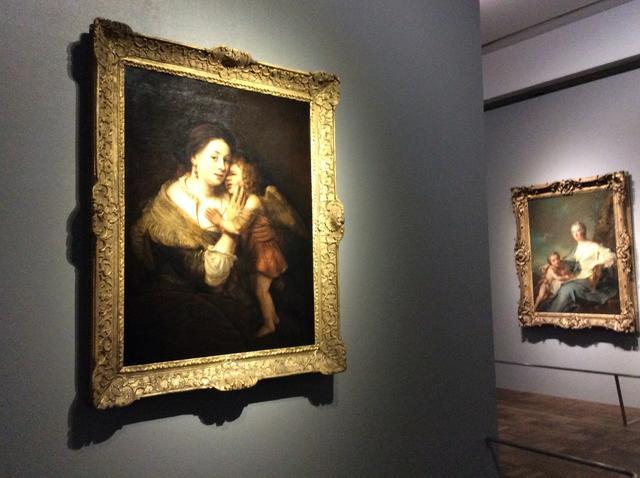 画像: 左:《ヴィーナスとキューピッド》レンブラント・ハルメンスゾーン・ファン・レイン 1657年頃 油彩/カンヴァス 118x90cm 右:《抒情詩のミューズ、エラとに扮したフランソワ・ジュヌヴィエーヴ・ド・ヴァランブラ・ド・ソンブルヴァルの肖像》ジャン=マルク・ナティエ 1746年 油彩/カンヴァス 138x105cm photo©︎cinefil