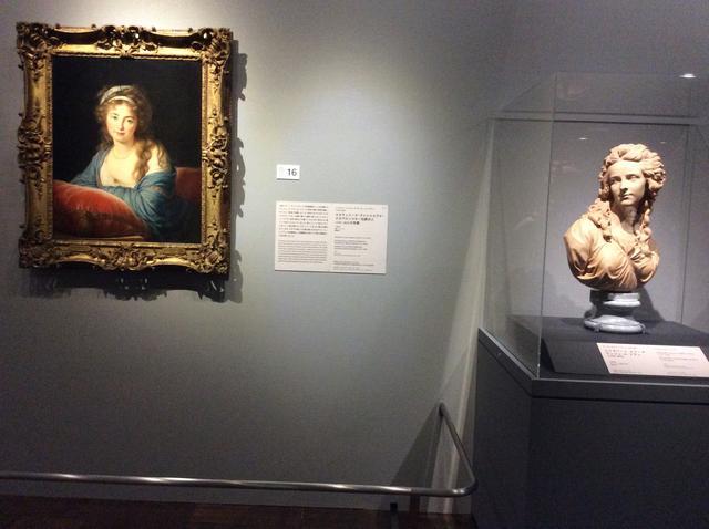 画像: 左:《エカチェリーナ・ヴァシリエヴナ・スカヴロンスキー伯爵夫人の肖像》 エリザベート・ルイーズ・ヴィジェ・ル・ブラン 1796年 右:《エリザベート・ルイーズ・ヴィジェ・ル・ブラン》オーギュスタン・バジュー 1783年 photo©︎cinefil
