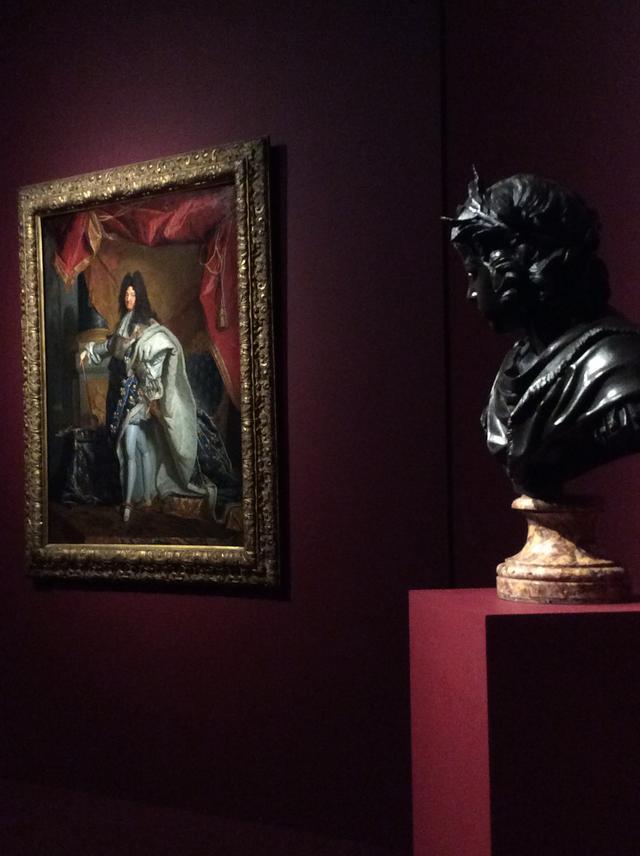 画像: 左:《聖別式の正装のルイ14世》イアサント・リゴーの工房 1702-1710年頃 右:《5歳のフランス国王ルイ14世》ジャック・サラザン 1643年頃 photo©︎cinefil