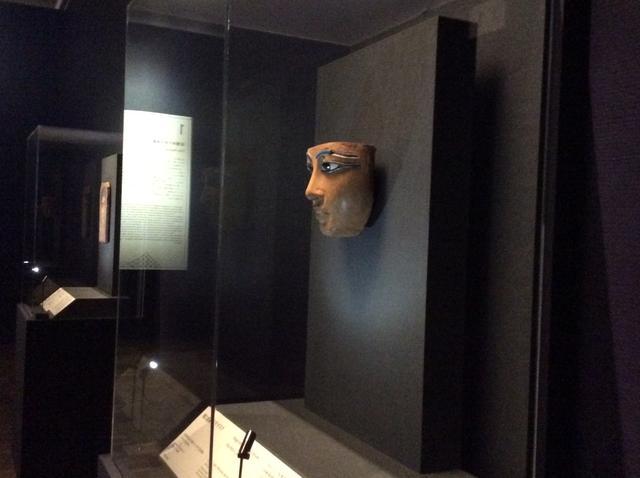 画像: 左:《女性の肖像》2世紀後半 エジプト、テーベ(?)出土 右:《棺に由来するマスク》新王国時代、第18王朝、アメンへテプ 3世の治世(前1391-前1353年)エジプト出土 photo©︎cinefil