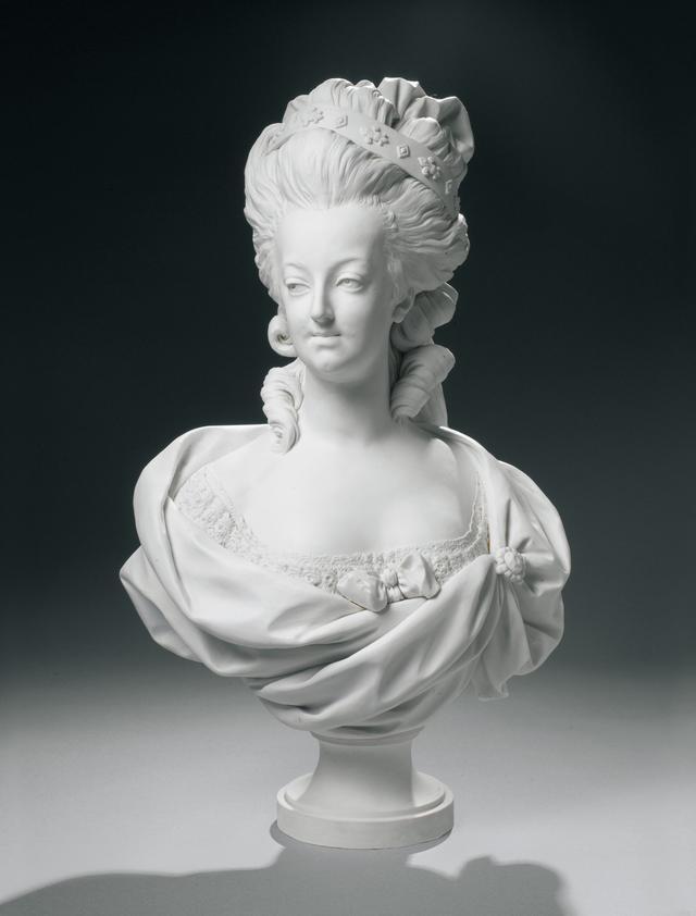画像: 《フランス王妃 マリー=アントワネットの胸像》 セーヴル王立磁器製作所 ルイ=シモン・ボワゾの原作に基づく  1782年 Photo © Musée du Louvre, Dist. RMN-Grand Palais / Peter Harholdt /distributed by AMF-DNPartcom