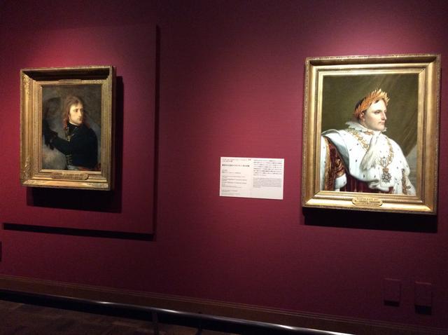 画像: 左:《アルコレ橋のボナパルト(1796年11月17日)》 アントワーヌ=ジャン・グロ 1796年 油彩/カンヴァス 73x59cm 右:《戴冠式の正装のナポレオン1世の肖像》アンヌ・ルイ・ジロデ・ド・ルシー=トリオゾンの工房 1812年以降 油彩/カンヴァス 82x62cm photo©︎cinefil