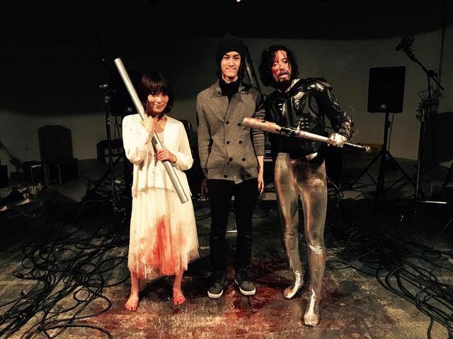 画像: メイキング写真 左よりしじみさん、吉川鮎太監督、そして怪演する今泉力哉監督。