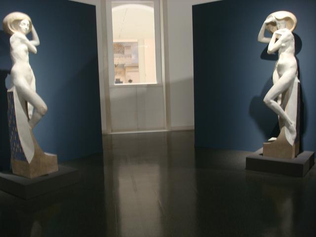 画像: リヒャルド・ルクシュ 女性ヌード 1905年頃(石膏) リヒャルド・ルクシュ《ブルカースドルフのサナトリウムのための建築彫像》1905年(炻器) 京都国立近代美術館 ⓒcinefil