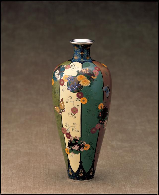 画像: 【七宝】並河靖之《蝶に花の丸唐草文花瓶》清水三年坂美術館蔵