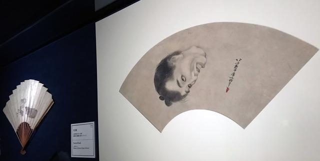 画像: 左:《なまこ図 》紙本扇1本 文化末~文政初期(1814~19) 島根県立美術館(永田コレクション) 現在は展示が終了しております 右:《生首図 》紙本扇面1面 文化中期(1810 ~14)頃 島根県立美術館(永田コレクション) (2月18日までの展示) photo©cinefil