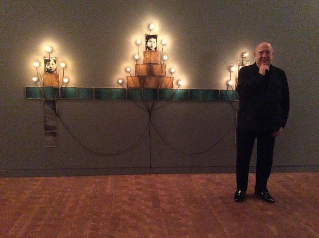 画像: 《モニュメント》の前に立つクリスチャン・ボルタンスキー氏 at 国立国際美術館 photo©︎cinefil