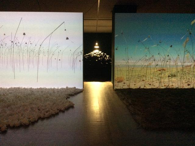 画像: 国立国際美術館 会場風景 左:クリスチャン・ボルタンスキー《アニミタス(白) 》 2017年 作家蔵 奥:クリスチャン・ボルタンスキー《ぼた山》 2015年 作家蔵 右:クリスチャン・ボルタンスキー《アニミタス(チリ) 》 2014年 作家蔵 photo©︎cinefil