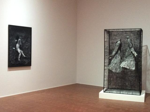 画像: 左:塩田千春《トライ アンド ゴーホーム》1998/2007年 右:塩田千春《トラウマ/日常》2008年 photo©︎cinefil