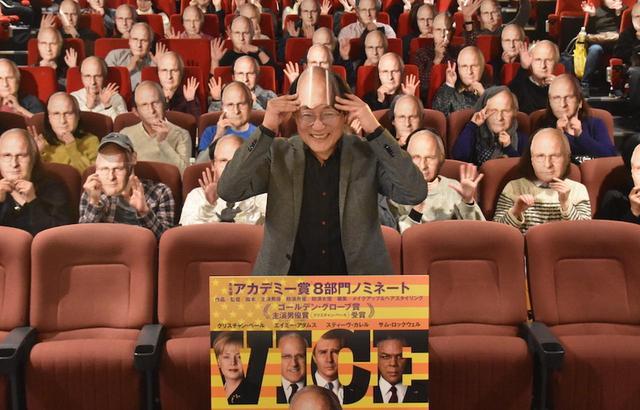 画像: 観客全員チェイニーお面のシュールな写真