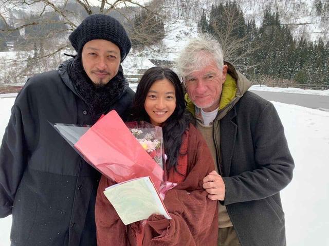 画像: メイキング写真 左よりオダギリジョー、川島鈴遥、クリストファー・ドイル