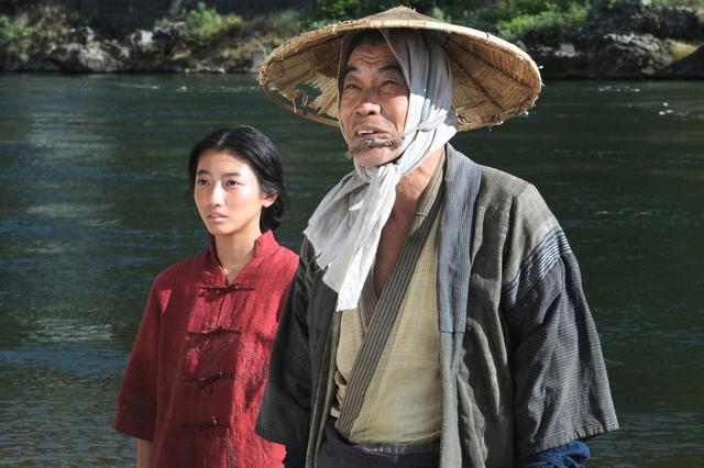 画像: 左より川島鈴遥、柄本明 © 2019「ある船頭の話」製作委員会