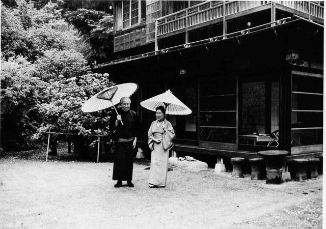 画像: 川喜多邸母屋前にて