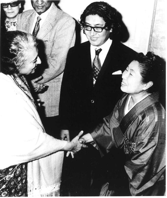 画像: 1975年 インド国際映画祭にて大島渚監督、インディラ・ガンジー氏と