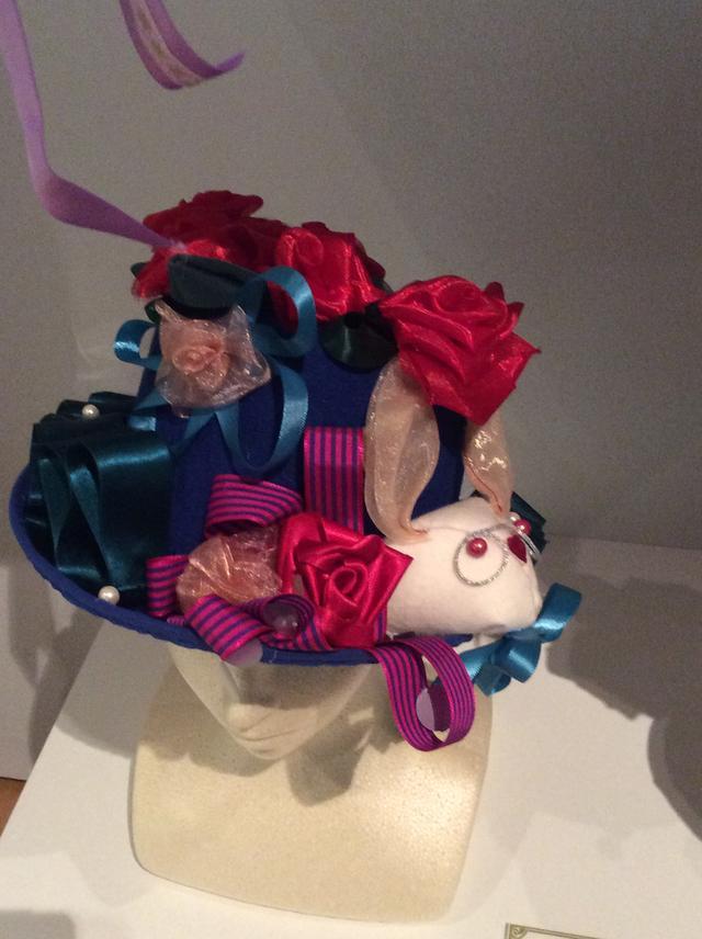 画像: 不思議の国のアリス展』 神戸展 写真撮影用の帽子の一つ photo©︎cinefil