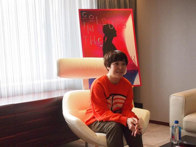 画像: メディアからの取材に答える箱田優子監督