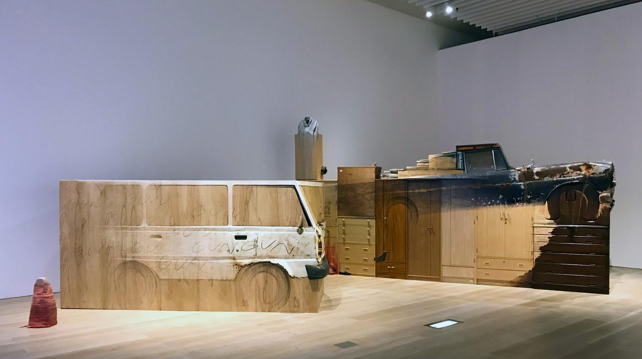画像: 展示風景:青野文昭(左)《なおす・復元―沖縄の村はずれで廃棄された車の復元―『GUN』2018》2018年 (右)《なおす・代用・合体・連置―ベンツの復元から―東京/宮城(奥松島・里浜貝塚の傍らに埋まる車より)2018》2018年 photo©msaito