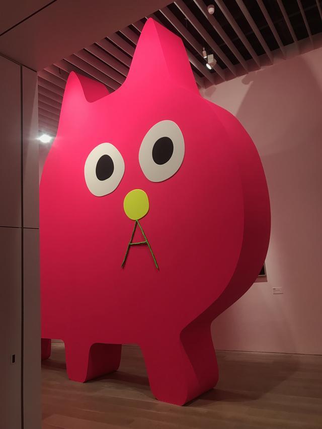 画像: 展示風景:飯川雄大《デコレータークラブ―ピンクの猫の小林さん―》2019年 作家蔵 photo©msaito