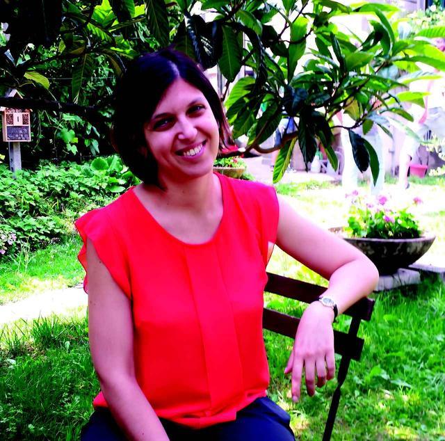 """画像: アリアンナ・マレッリ(Arianna Marelli)  脚本 現代言語学と文献学の博士課程を修了、いくつかの書物を出版したのち、ミラノの芸術と文化関連のドキュメンタリー専門制作会社である3D Produzioni(註:本作の制作会社)の脚本家となる。そこでは、文化、文学、芸術、デザイン界の人々への取材や脚本執筆、企画に参加している。 特筆すべきドキュメンタリー作品としては脚本を担当しThierry Bertiniが監督して、SkyArte HDで放映された""""Trent'anni dopo. Primo Levi e le sue storie""""(30年後。プリーモ・レーヴィと彼の物語)がある。その他、イタリアで大ヒットしたドキュメンタリー映画ドキュメンタリー映画『クリムト エゴン・シーレとウィーン黄金時代』(2019年初夏 公開)の脚本も執筆した。"""