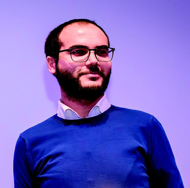 画像: クラウディオ・ポリ(Claudio Poli)  監督 1986年北イタリアのクレモナ生まれ。 撮影と編集を専門にビジュアル・コミュニケーション・デザインを学び、映像の仕事に携わるべく3Dプロドゥツィオーニに入社。芸術専門テレビチャンネルのスカイ・アルテで放送するドキュメンタリー(ヴェネツィア・ビエンナーレ、イタリア国立21世紀美術館、ミラノのピッコロ・テアトロ、ミラノ・デザイン・ウィークのサイドイベントのダイジェスト、エミリオ・イスグロ、マンゾーニ博物館、ミラノ国際博覧会、ミンモ・ロテッラ)の撮影・編集を務め、本作が初の映画監督作品。