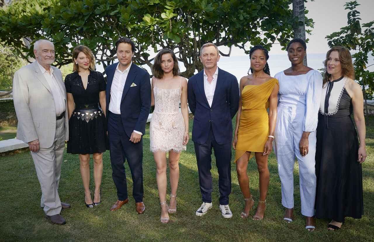 画像: 左より、マイケル、レア、キャリー、アナ、ダニエル、ナオミ、ラッシャーナ、バーバラ