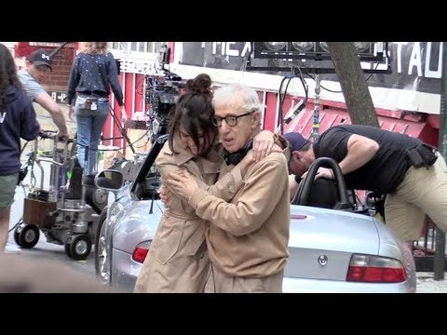 画像: Elle Fanning, Selena Gomez and more on the Movie set of the new Woody Allen movie in New York City youtu.be