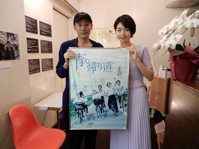 画像: 左から藤井道人監督、秋月三佳さん