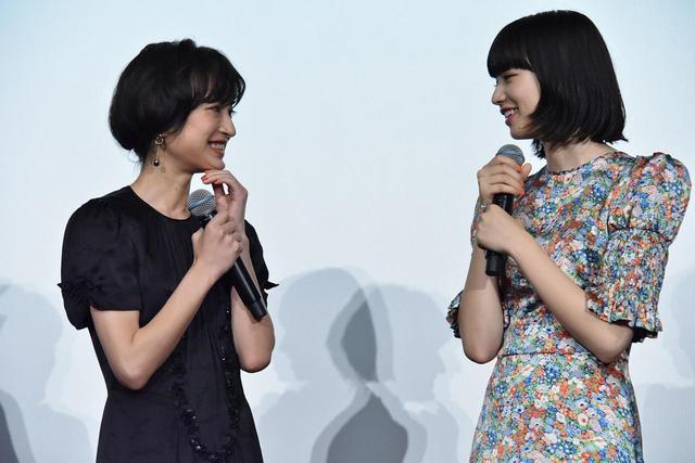 画像: 左より門脇麦、小松菜奈