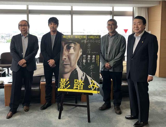 画像: 写真:左から原作者・横山秀夫、山崎まさよし、篠原哲雄監督、伊勢崎市長・五十嵐清隆氏