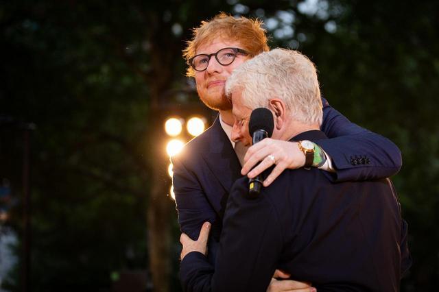 画像: エド・シーランと抱き合うリチャード・カーティス ©Universal Pictures