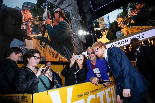 画像: エド・シーランもファンにサービス ©Universal Pictures