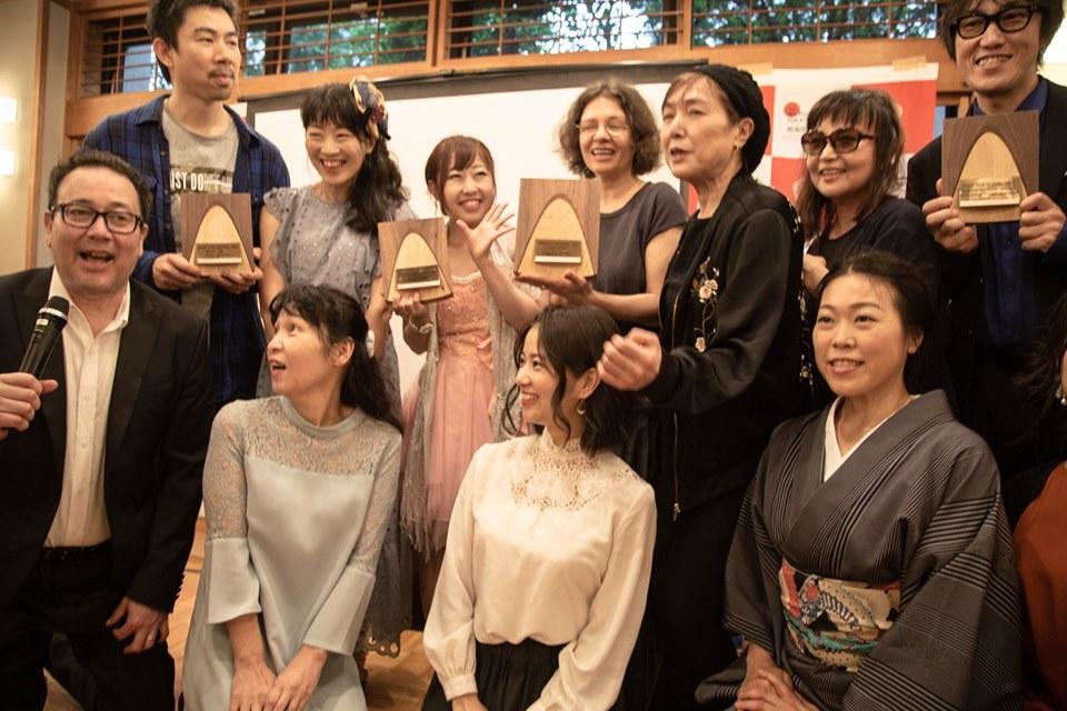 画像: 受賞パーティより、審査員を囲んだ受賞者一同スナップ。