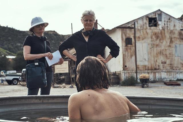 画像: 監督のメアリー・ハロン、脚本のグィネヴィア・ターナー メイキング写真