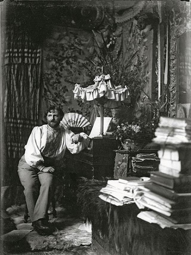 画像: パリ、 グランド・ショミエール通りのアトリエにて (セルフポートレート)1892年  ©Mucha Trust 2019