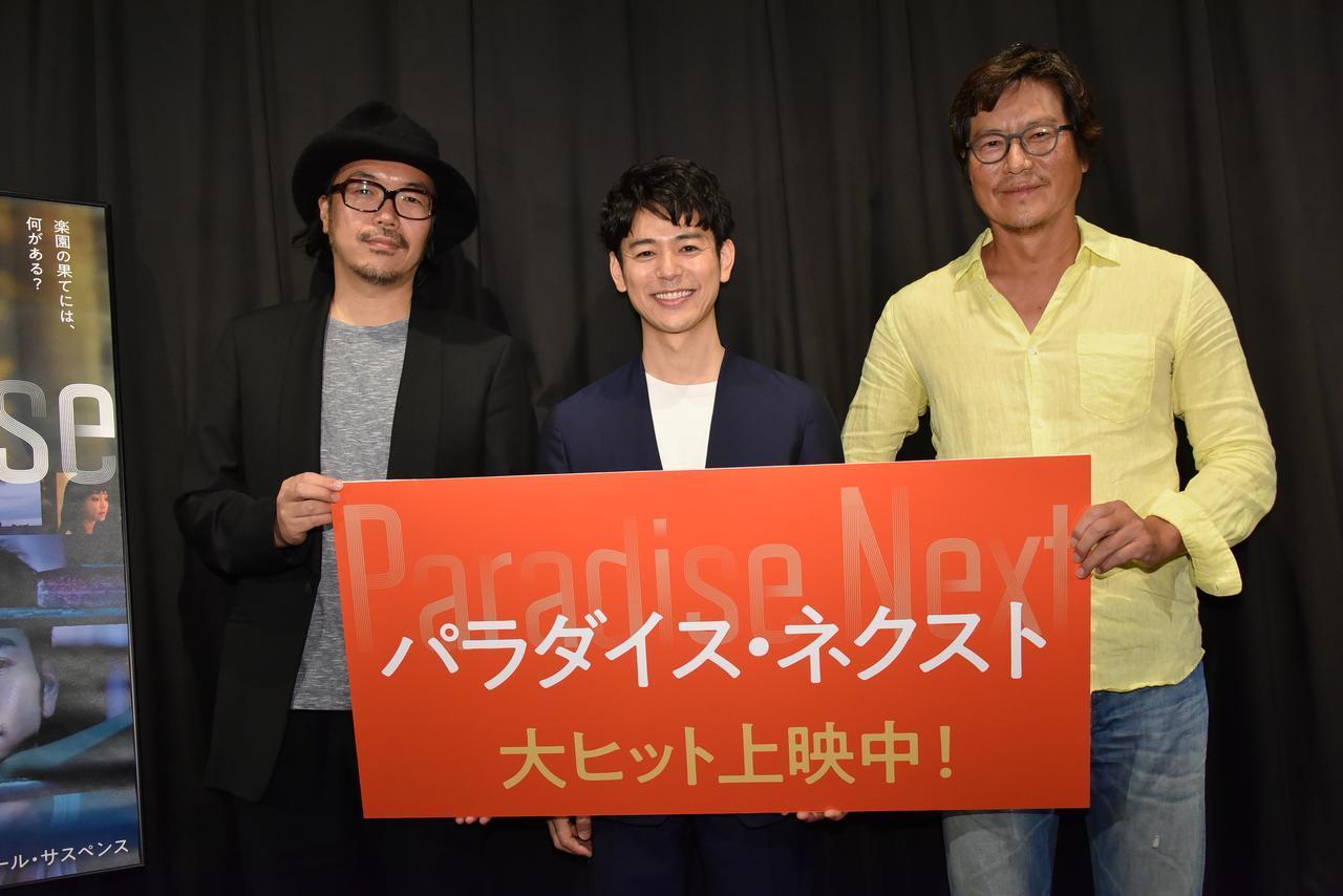 画像: 左より半野喜弘監督、妻夫木聡、豊川悦司
