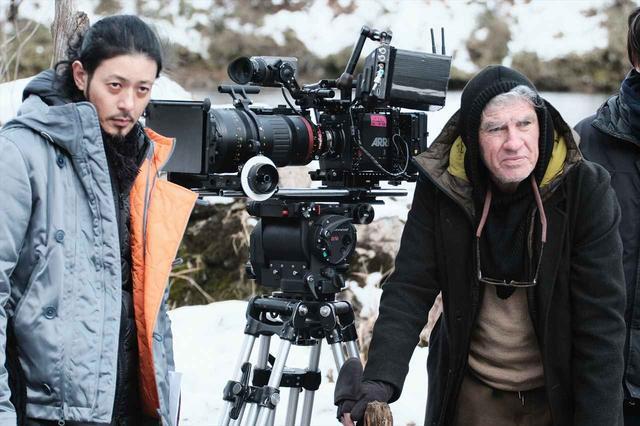 画像: クリストファー・ドイルとオダギリジョー監督(冬) © 2019「ある船頭の話」製作委員会