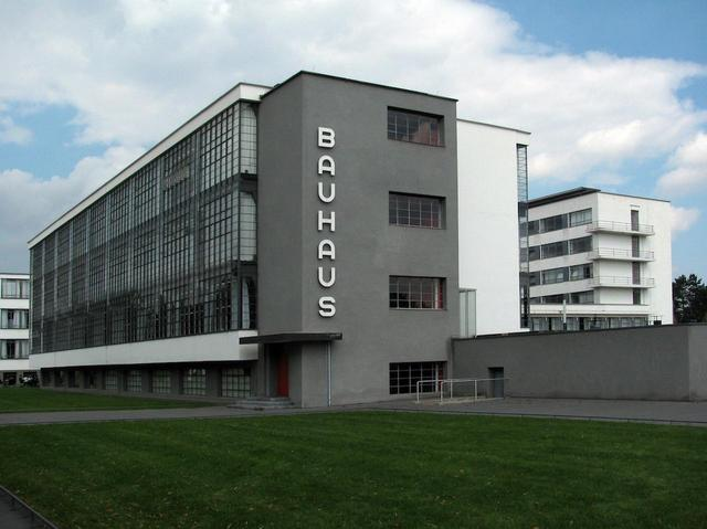 """画像: 20世紀の二つの大戦の間にドイツに生まれた デザイン・アート・建築の奇跡— """"バウハウス""""とはいったい何なのか?"""