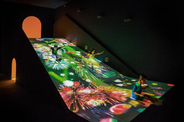 画像: すべって育てる! フルーツ畑 / Sliding through the Fruit Field teamLab, 2016-, Interactive Digital Installation, Sound:teamLab