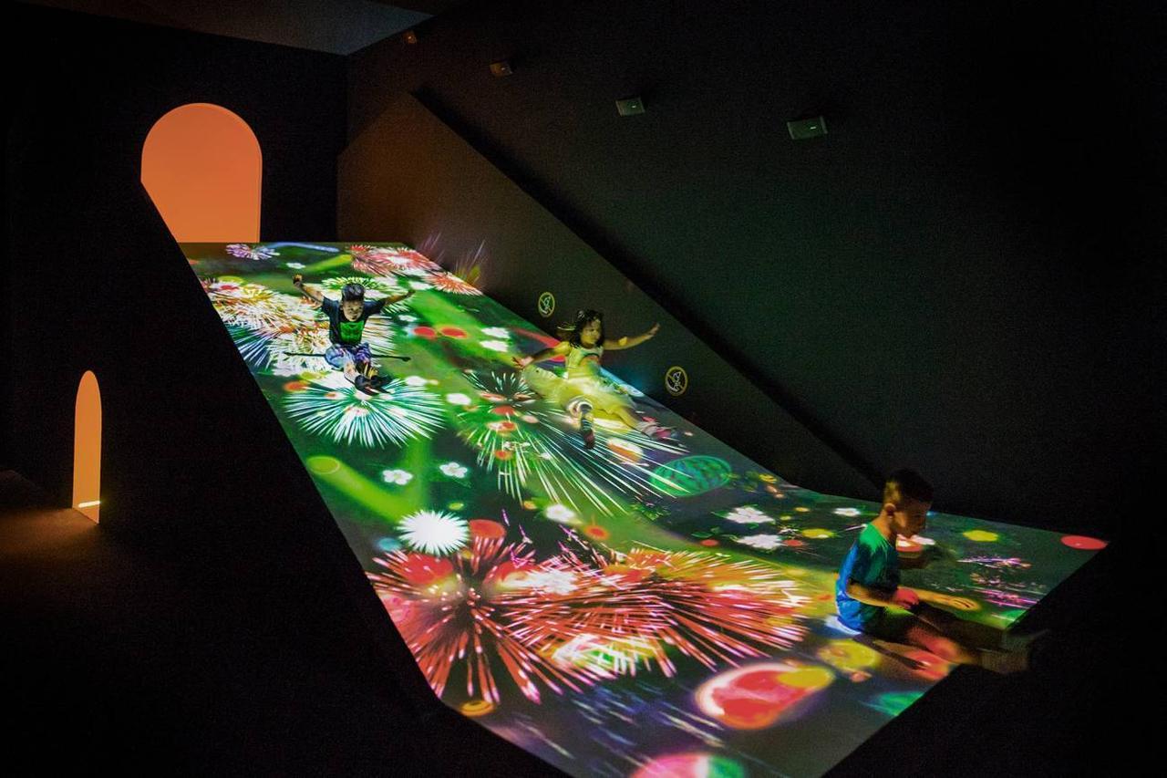 画像: すべって育てる! フルーツ畑 / Sliding through the Fruit Field teamLab, 2016-, Interactive Digital Installation, Sound:teamLab