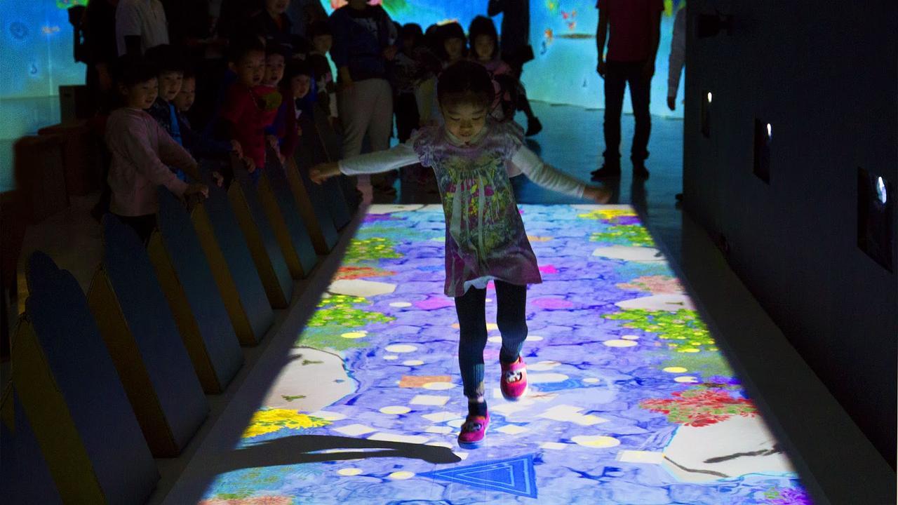 画像: 天才ケンケンパ / Hopscotch for Geniuses teamLab, 2013-, Interactive Digital Installation, Sound: Hideaki Takahashi, teamLab