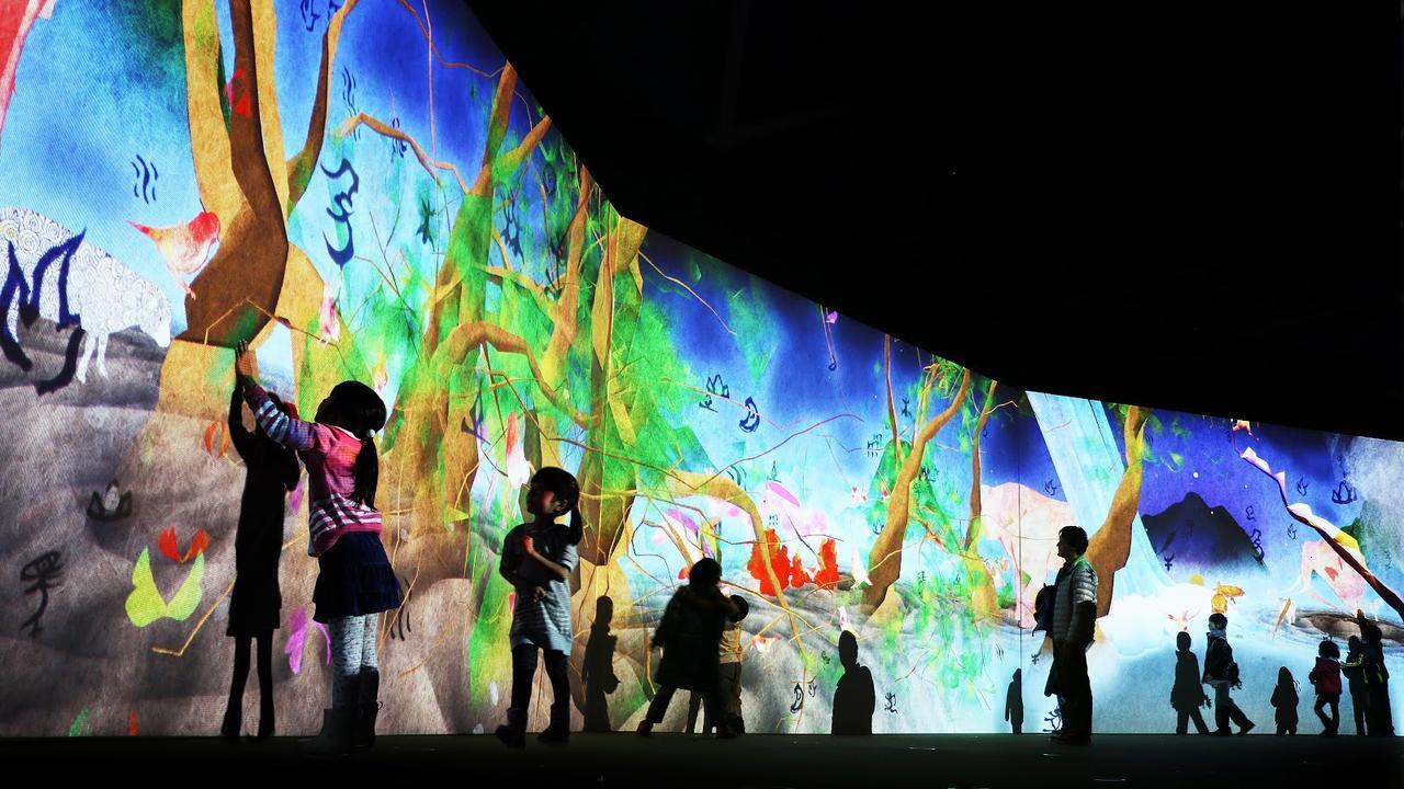 画像: まだ かみさまが いたるところにいたころの ものがたり /Story of the Time when Gods were Everywhere Sisyu + teamLab, 2013, Interactive Digital Installation, Calligraphy: Sisyu, Sound: Hideaki Takahashi