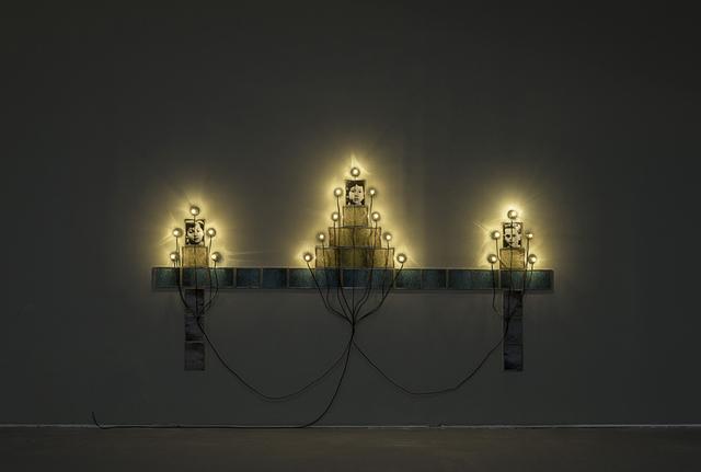 画像: 《モニュメント》 1986 / 写真、フレーム、ソケット、電球、電気コード / 作家蔵 © Christian Boltanski / ADAGP, Paris, 2019, Photo © The Israel Museum, Jerusalem by Elie Posner