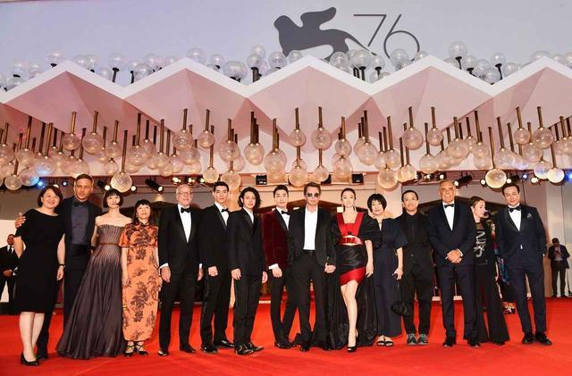 画像2: ヴェネチアで鳴り止まぬ大喝采!コン・リー、オダギリジョーら国際色豊かなキャストでおくるロウ・イエ監督最新作『サタデー・フィクション』
