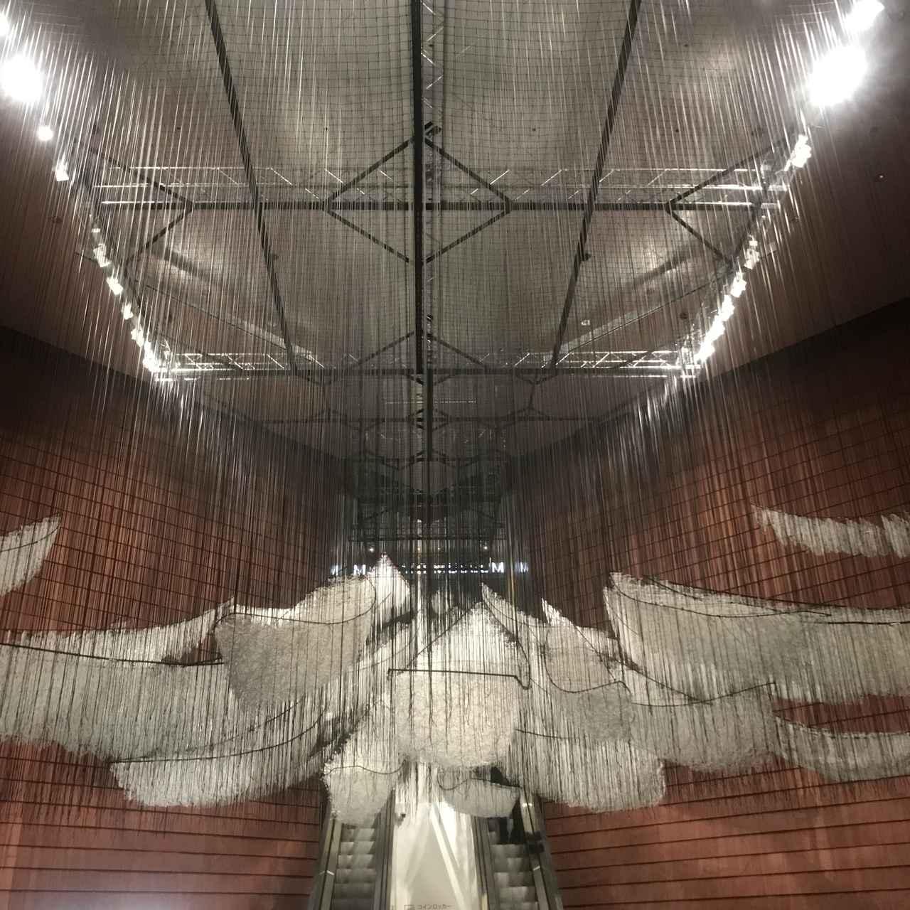 画像: 美術館入口前の展示風景:塩田千春 《どこへ向かって》 2017/2019年 photo©moichi