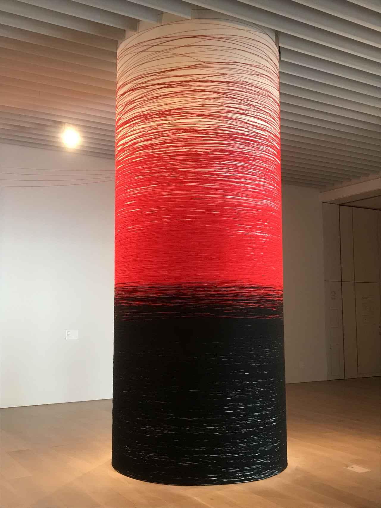 画像: 展示風景:塩田千春 《赤と黒》 2019年 photo©moichi
